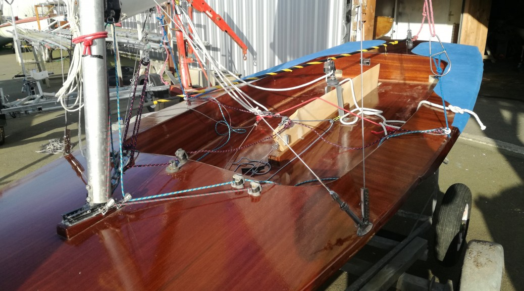 Contender coque polyester pont bois solitaire trapèze Dériveur Services